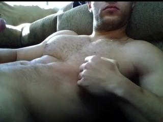 巨大的負荷在大毛茸茸的胸部