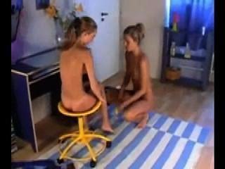 兩個可愛的女同性戀吸和手淫與假陽具
