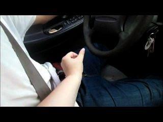 媽媽教駕駛,而她把他關起來,使他暨一個巨大的負擔