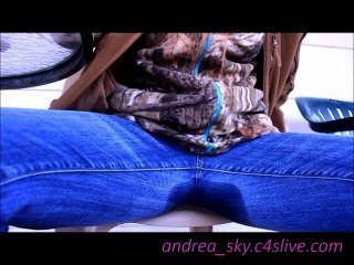 通過我的藍色牛仔褲andrea天空