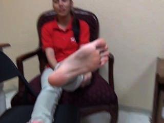 22yo拉丁顯示她漂亮的大小8鞋底腳戀物癖