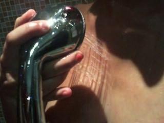 性感的女孩在淋浴遊戲與矛