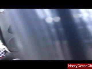 真正熱的深色的天使黑暗戲劇在她的汽車用銀色假陽具