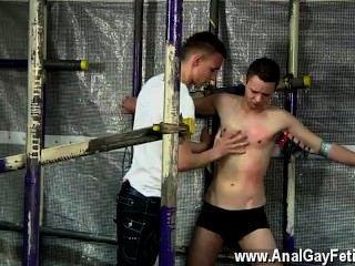 性感的男人的同胞不得不把它當啤酒倒在他,拉緊釘