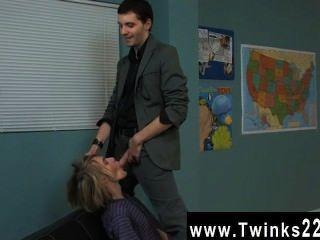 驚人的twinks漂亮的金發女郎在戲劇中得到一個個人的教訓