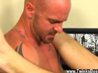 同性戀視頻首先,他得到信使吹他的辛苦在他得到之前