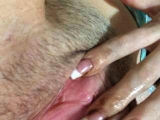 18歲的女孩手指他媽的自己,直到她cums然後spankin dat屁股
