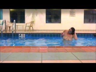 紅發馬德里游泳完全赤裸在酒店游泳池顯示所有!