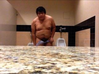 胖的男孩完全裸體在公共廁所