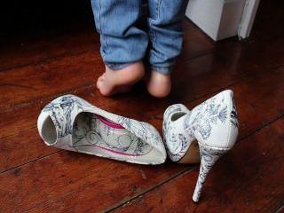 逗人喜愛的腳趾和鞋底在您的面孔
