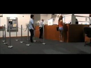 女孩被抓住閃爍在銀行由警衛