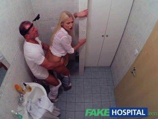 fakehospital角質豐滿的金發女郎從醫生收到餅