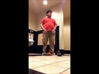 胖的男孩剝離在學校廁所2