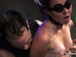 鏈接蒙上眼睛的奴隸給予性高潮與主人性玩具