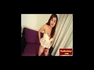 女用貼身內衣褲的豐滿的泰國ladyboy與雞雞