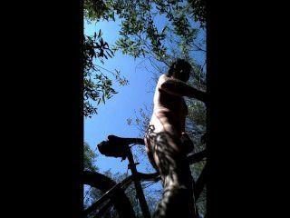 mtb騎在灌木我脫下裸體和buttfucked我的自行車座位!