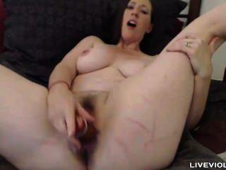 一個無聊的黑髮家庭主婦操了一個毛茸的陰道