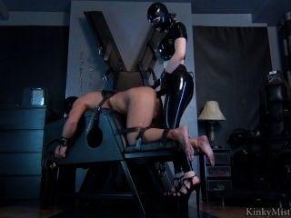 橡膠女主人帶上他媽的奴隸