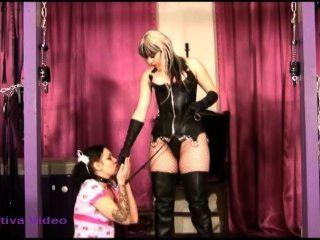 奴隸女孩為漂亮的女神執行