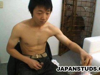 ryoji tomita可愛的日本男孩摩擦他僵硬的公雞