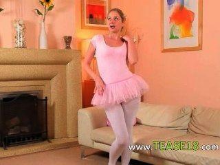 性感的媽媽在白色連褲襪擺姿勢