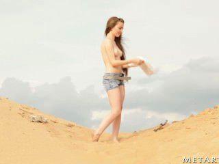熱的女孩在海灘!