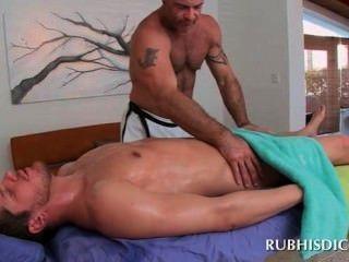 直螺柱屁股由性感的同性戀肌肉男按摩師