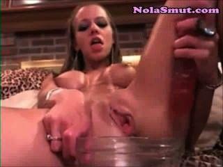 放蕩的金發碧眼的女人在一個玻璃碗cum