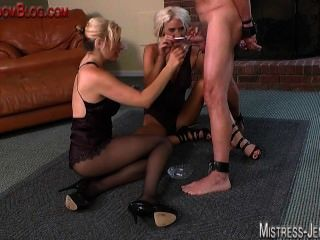 cockand球酷刑和鞭打由兩個白膚金發的sadist dominatrix