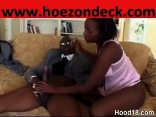 可愛的黑色情侶在房子他媽的