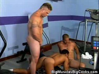 無鞍在儲物櫃的肌肉的運動員