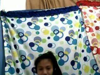菲律賓女孩21炫耀她在凸輪上的好胸部