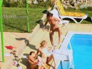 三個女孩秘密他媽的在游泳池