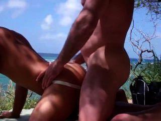 肌肉的花花公子他媽的在海灘上的一個亞洲人