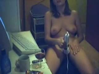 使用振動器,同時觀看色情