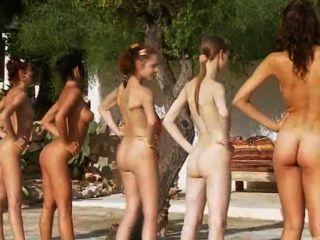 由波蘭的水池的六個赤裸女孩
