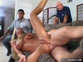 性感的金髮美女在人群前面得到性交