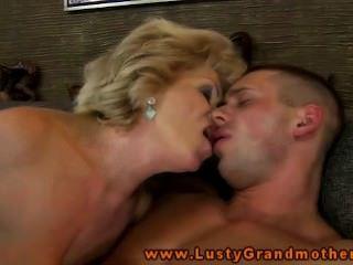 業餘成熟奶奶得到性交