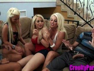 4熱寶貝在客廳裡吸一隻公雞