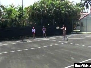 大學女孩在網球場上脫光赤裸