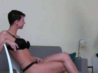 角質darkhair女孩他媽的在椅子上