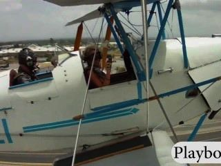 性感的玩伴與巨大的胸部嘗試駕駛雙翼飛機