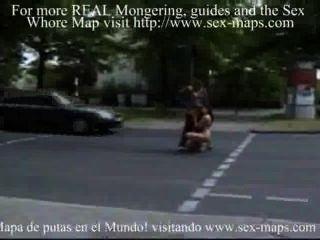 他媽的妓女在街中間