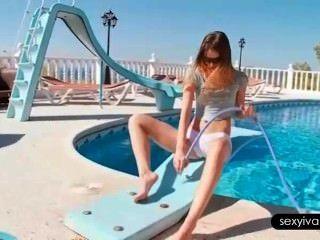 ivana用水管在水池裡挑逗她的熱的身體