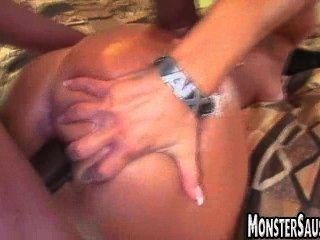 熱寶貝把巨型雞巴在她的陰部