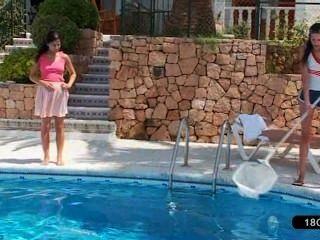 可愛的女同性戀者在游泳池玩