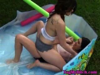 我的前女友和她的朋友在游泳池戶外玩