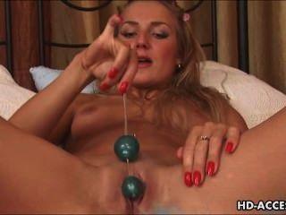 假陽具和肛門珠為這個熱金發