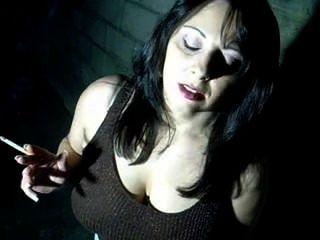 巨乳寶貝抽煙和手指她的陰部