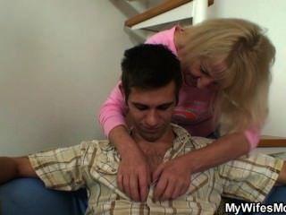 兒子在法律他媽的她的幾杯飲料後
